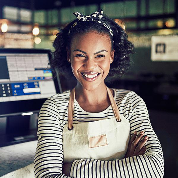 Kundin freut sich, dass sie durch MyBusiness mehr lokale Kunden im Geschäft begrüssen kann